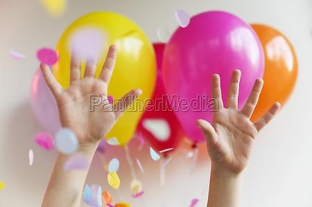 haende mit bunten luftballons