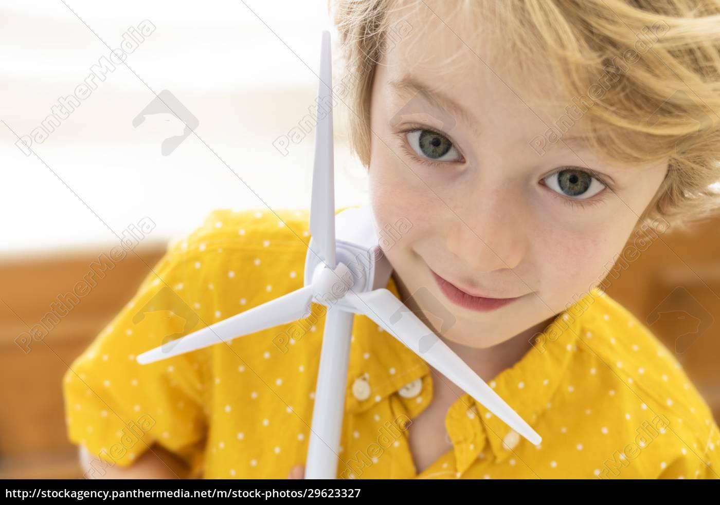 porträt, des, jungen, (6-7), mit, windkraftmodell - 29623327