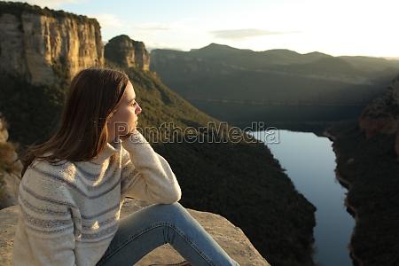 frau die blicke in den berg