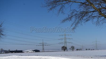 strommast in der winterlandschaft