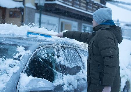 entfernen von schnee aus dem auto
