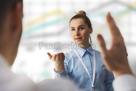 business konferenz sprecher erhaelt eine frage