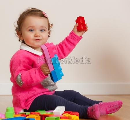 kleinkind baby maedchen spielen mit gummi