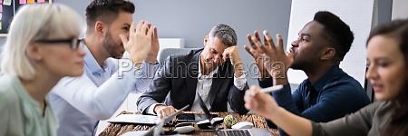 geschaeftsleute streiten in meetings