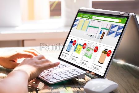 geschaeftsfrau fuellen umfrage auf laptop