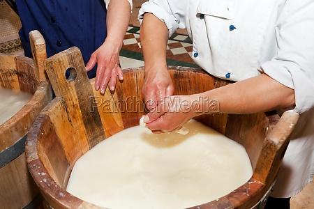 herstellung handgemachte handwerkskunst aus mozzarella
