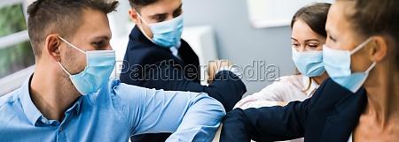 mitarbeiter tun ellenbogen bump grippe zu