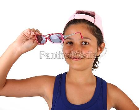 kleines maedchen mit sonnenbrille