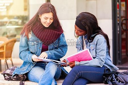 zwei junge frauen studieren auf einer