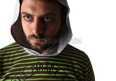 junge in gestreiftem hemd und muetze