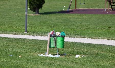 muelleimer voll in einem outdoor park