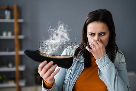 frau stinkende stinkefinger fuesse schweiss