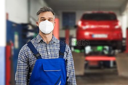 kfz mechaniker bei der reparaturdiagnose
