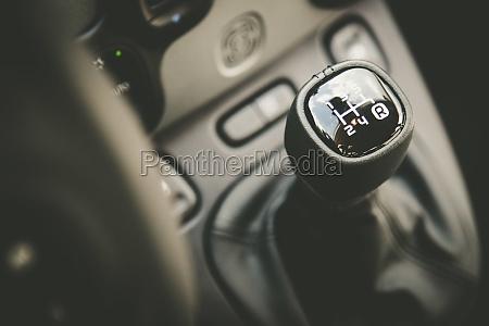sportwagen schalthebel innenraum eines modernen autos
