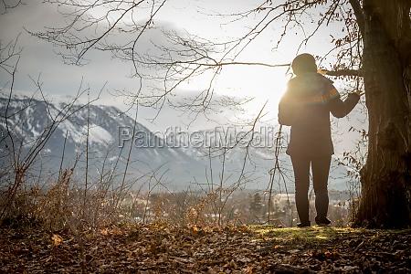 junges maedchen geniesst den bergblick herbst