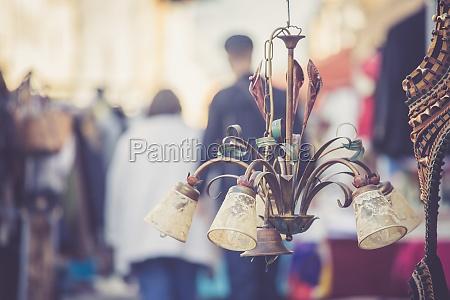 altmodische lampe auf einem flohmarkt menschen