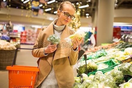 einkaufen lebensmittel verkauf konsum und menschenkonzept