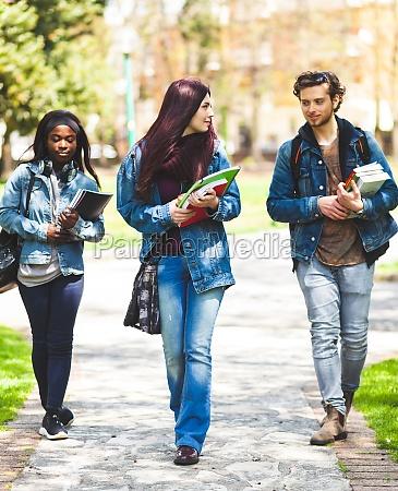 drei studenten im outdoor park