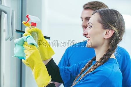 gewerbliche reinigungsmittel die ein buerofenster reinigen