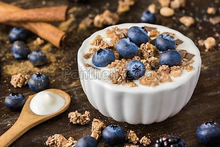 joghurt mit frischen heidelbeeren auf woden