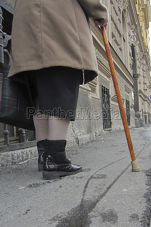 seniorin mit gehstock
