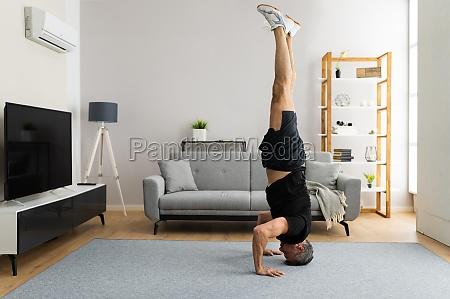 reife mann tun yoga kopfstand UEbung