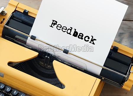 feedback auf gelbvintage schreibmaschine eingegeben