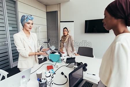 geschäftsfrauen, diskutieren, über, drohne - 29674652