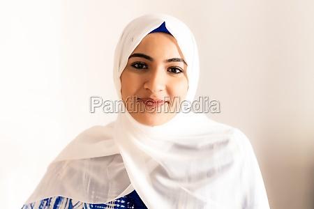 portraet einer jungen muslimischen frau