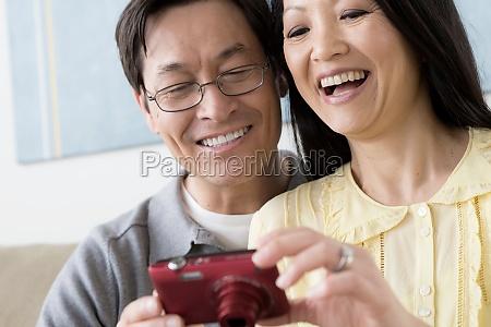 reifes paar mit blick auf digitalkamera