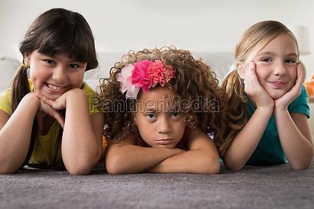 portraet von drei maedchen die auf