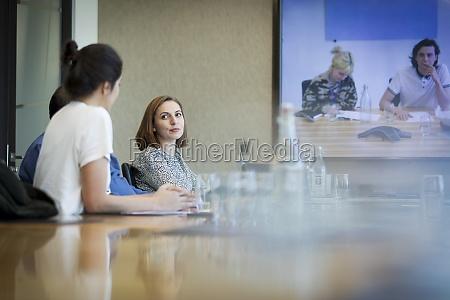 business leute videokonferenzen in konferenzraumbesprechungen