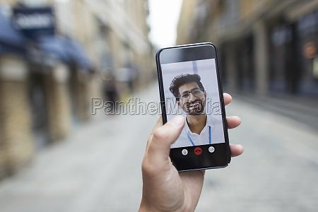 pov businessmen videokonferenzen auf dem smartphone