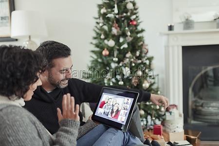 glueckliches paar video chattet mit familie