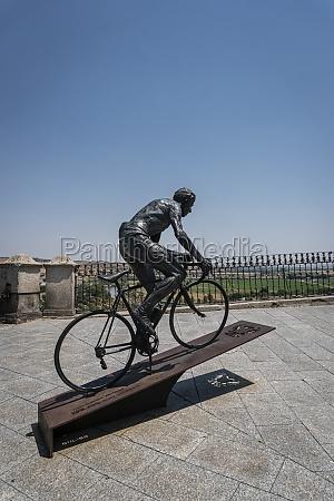 radfahrer statue toledo spanien