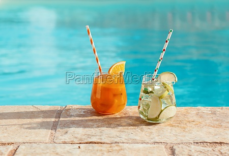 zwei erfrischende cocktails in der naehe