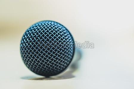 interview schwarzes mikrofon steht auf dem