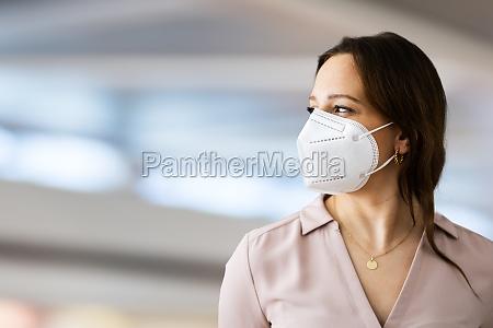 frau traegt n95 medizinische gesichtsmaske