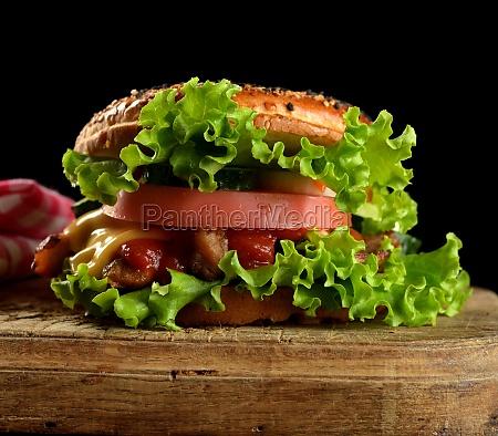 cheeseburger mit hackfleisch gruenem salat und