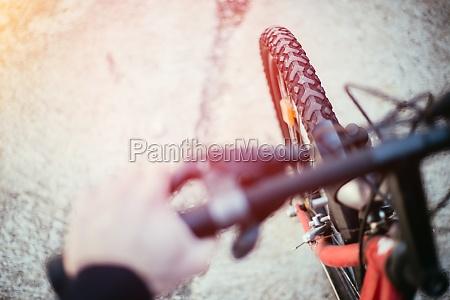 mountainbike reifen draussen verschwommener lenker sommertag