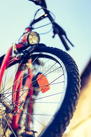 nahaufnahme von mountainbike reifen draussen sommertag