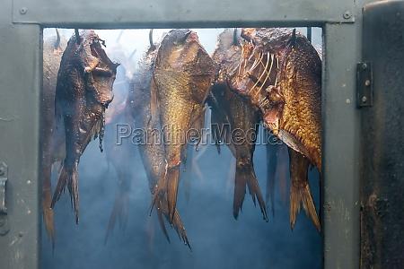 stillleben von geraeuchertem fisch