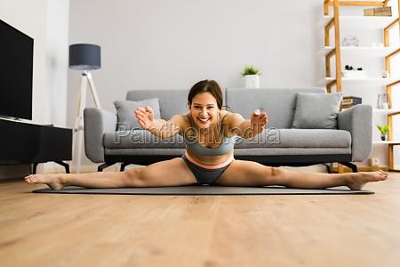junge frau in split stretching sport
