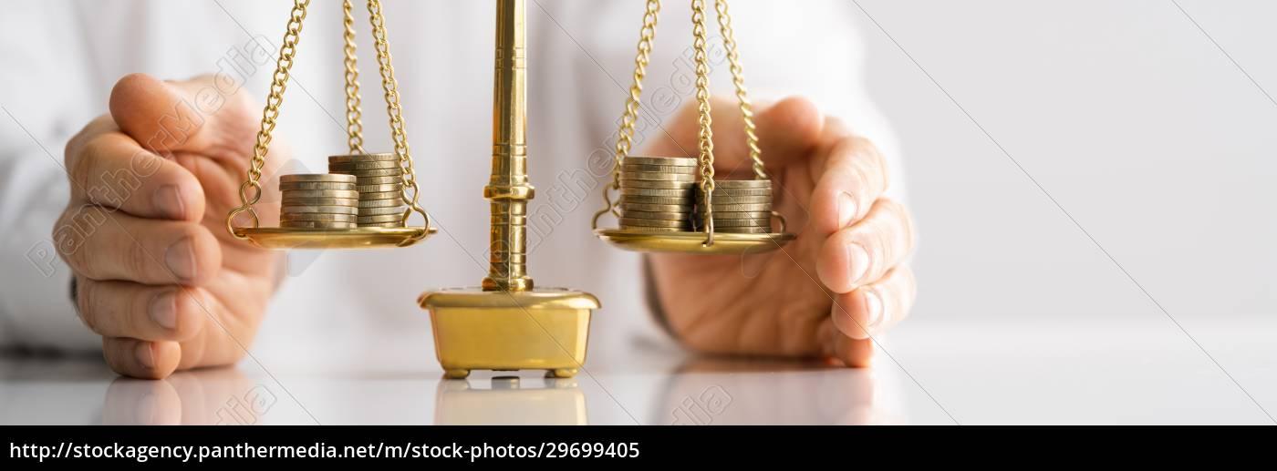 geld, auf, der, gerechtigkeitsskala - 29699405