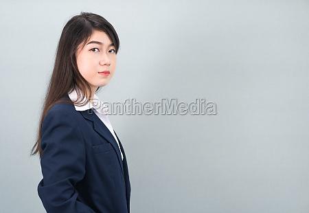 porträt, einer, asiatischen, geschäftsfrau, die, auf, grau - 29699341
