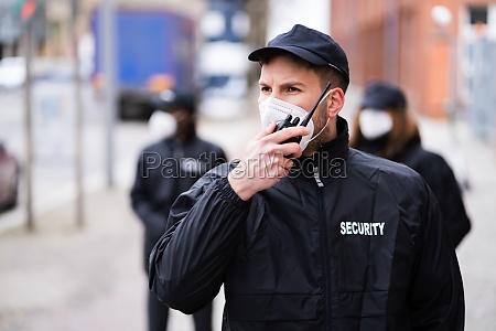 sicherheitsbeamter stab oder bodyguard schutz