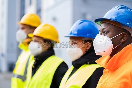 fabrikingenieure oder bauarbeiter in gesichtsmaske