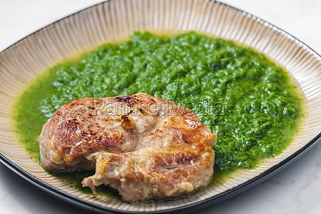 stillleben von schweineschnitzel mit spinat