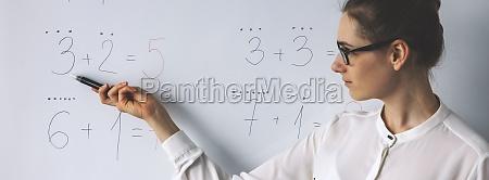 mathe lektion lehrer zeigt einfache