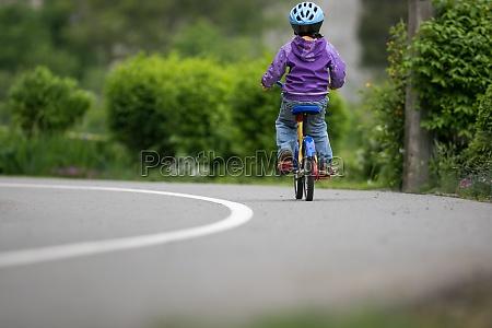kleiner radfahrer auf einem kleinen fahrrad